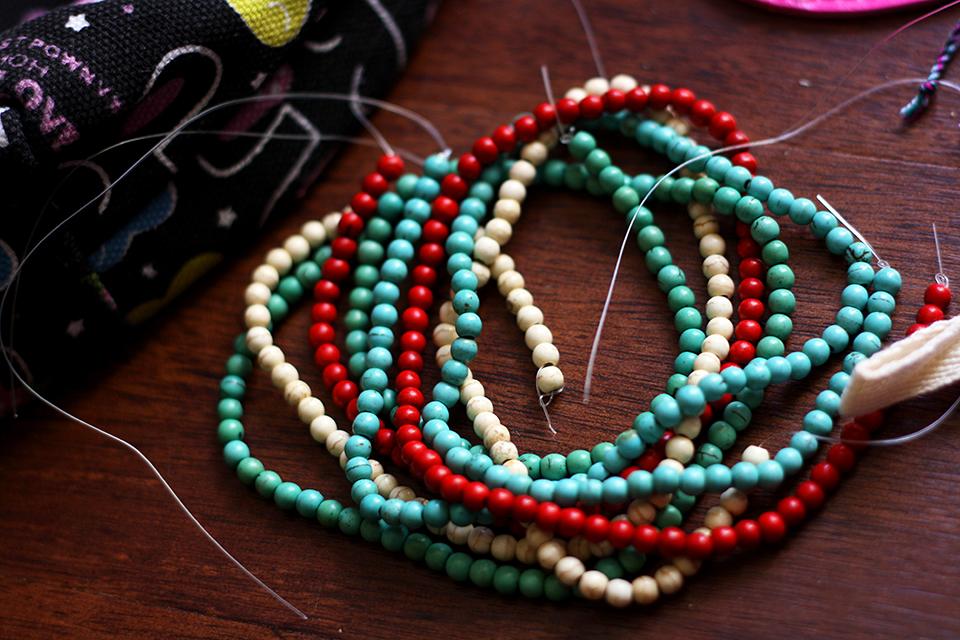 souvenirs-thailande-perles-rouge-turquoise-blanche